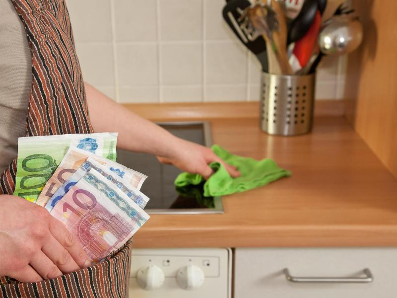 Bild zu Lohn für Haushaltshilfe überweisen