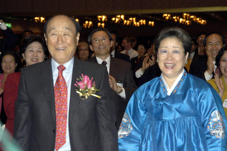 Bild zu Sun Myung Moon mit seiner Frau Hak Ja Han.