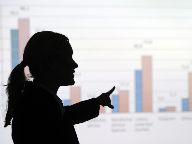 Bild zu Managerin vor Statistik