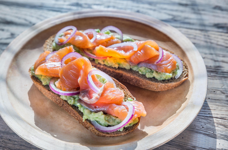 Bild zu Avocado mit Lachs auf Brot