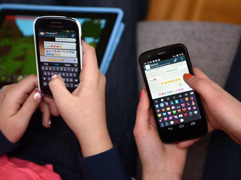 Bild zu Jugendliche mit Smartphone
