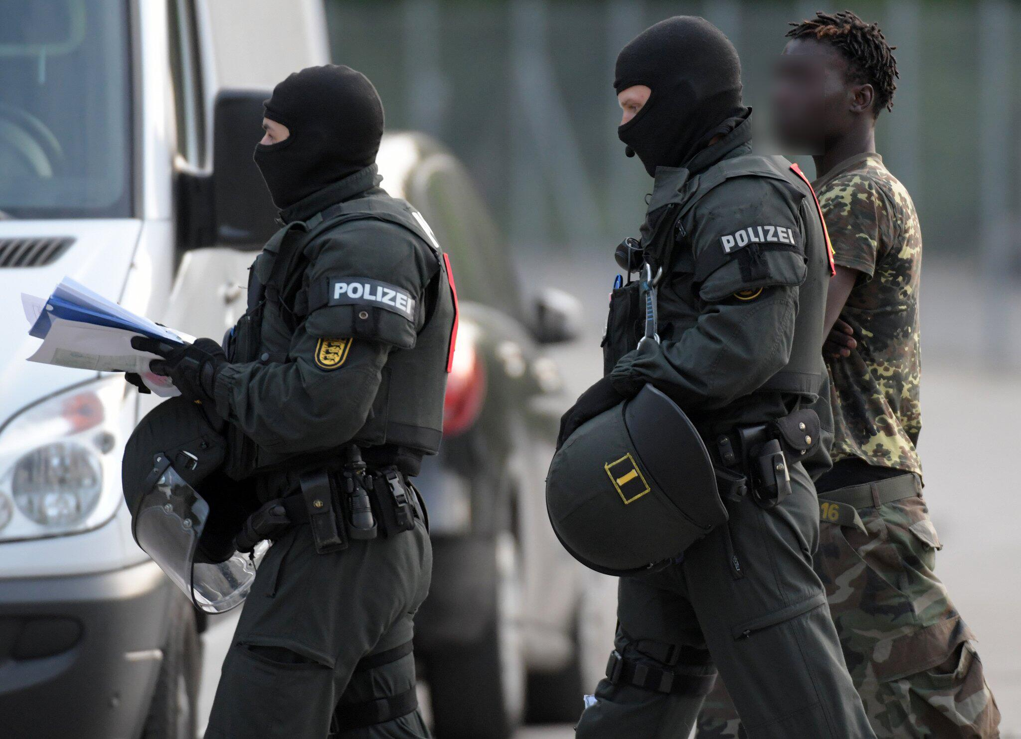 Bild zu Police operation at refugee centre in Germany