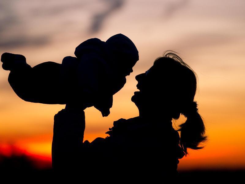 Bild zu Frau mit Kind