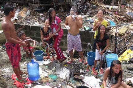 Philippinische Kinder trotzen Haiyan