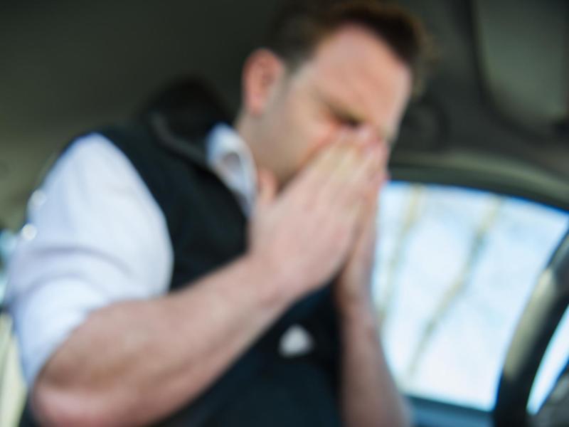 Bild zu Niesen beim Autofahren