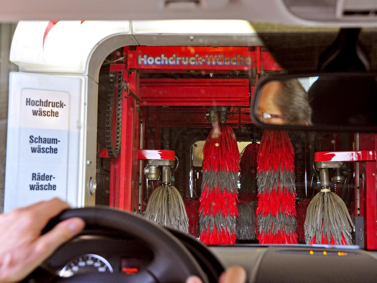 Bild zu Waschanlage: Oft ist die Waschstraße die günstigere Alternative