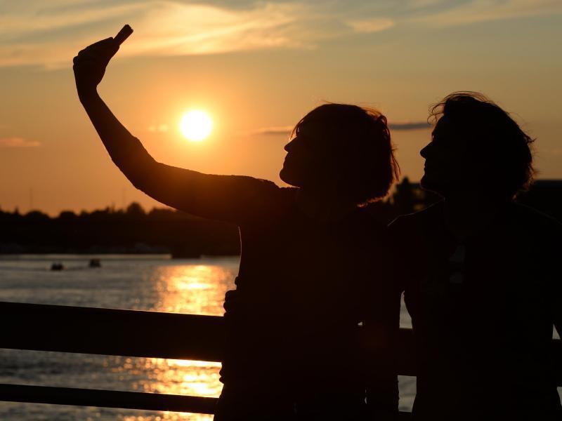 Bild zu Selfie bei Sonnenuntergang
