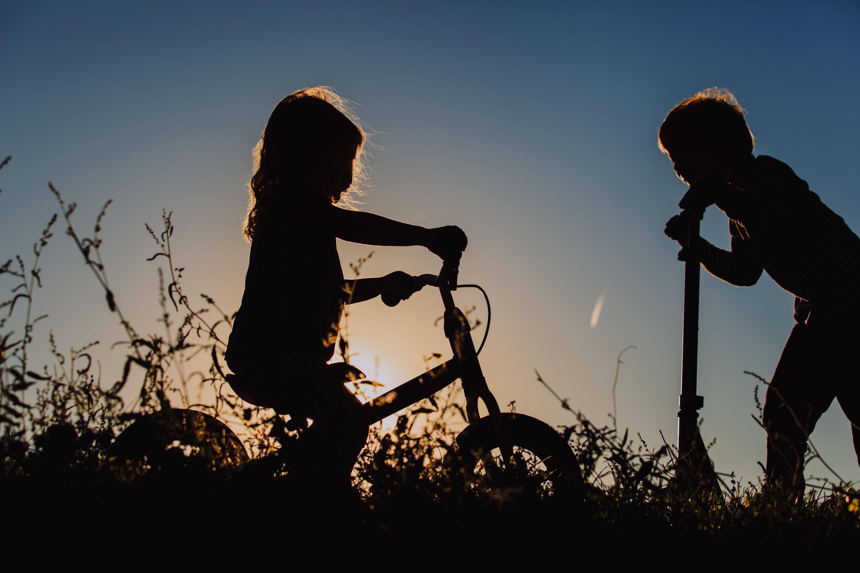 Bild zu Kinder, Spielzeug, Laufrad, Dreirad, Inlineskates, Mobilität, draußen