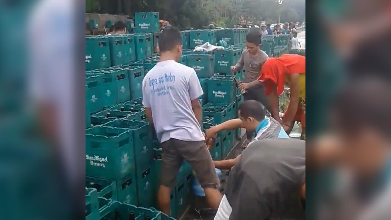 Bild zu Freibier für alle: Passanten plündern umgestürzten Brauerei-LKW