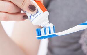 Zähne putzen Zahnpasta