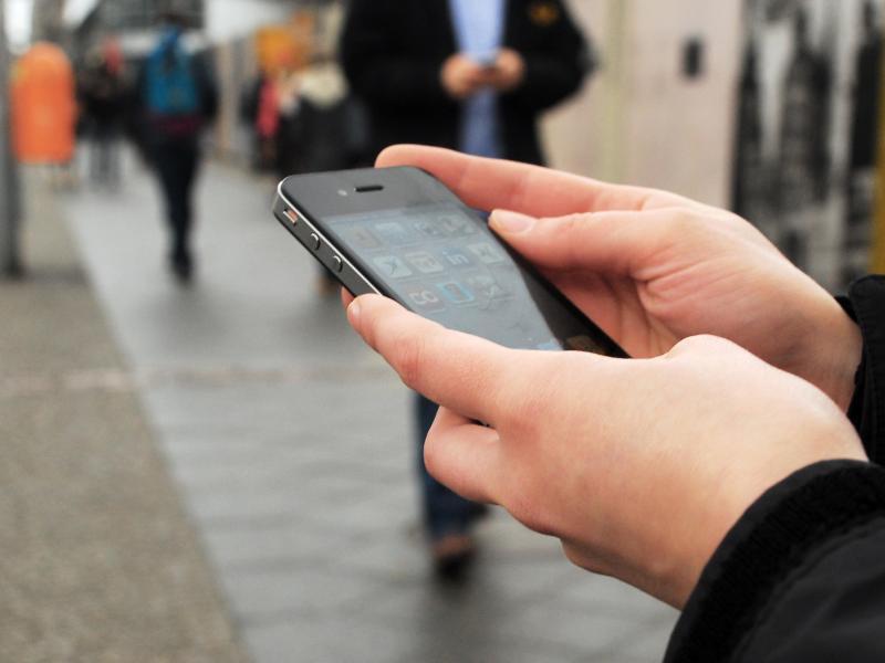 Bild zu Passant mit Smartphone
