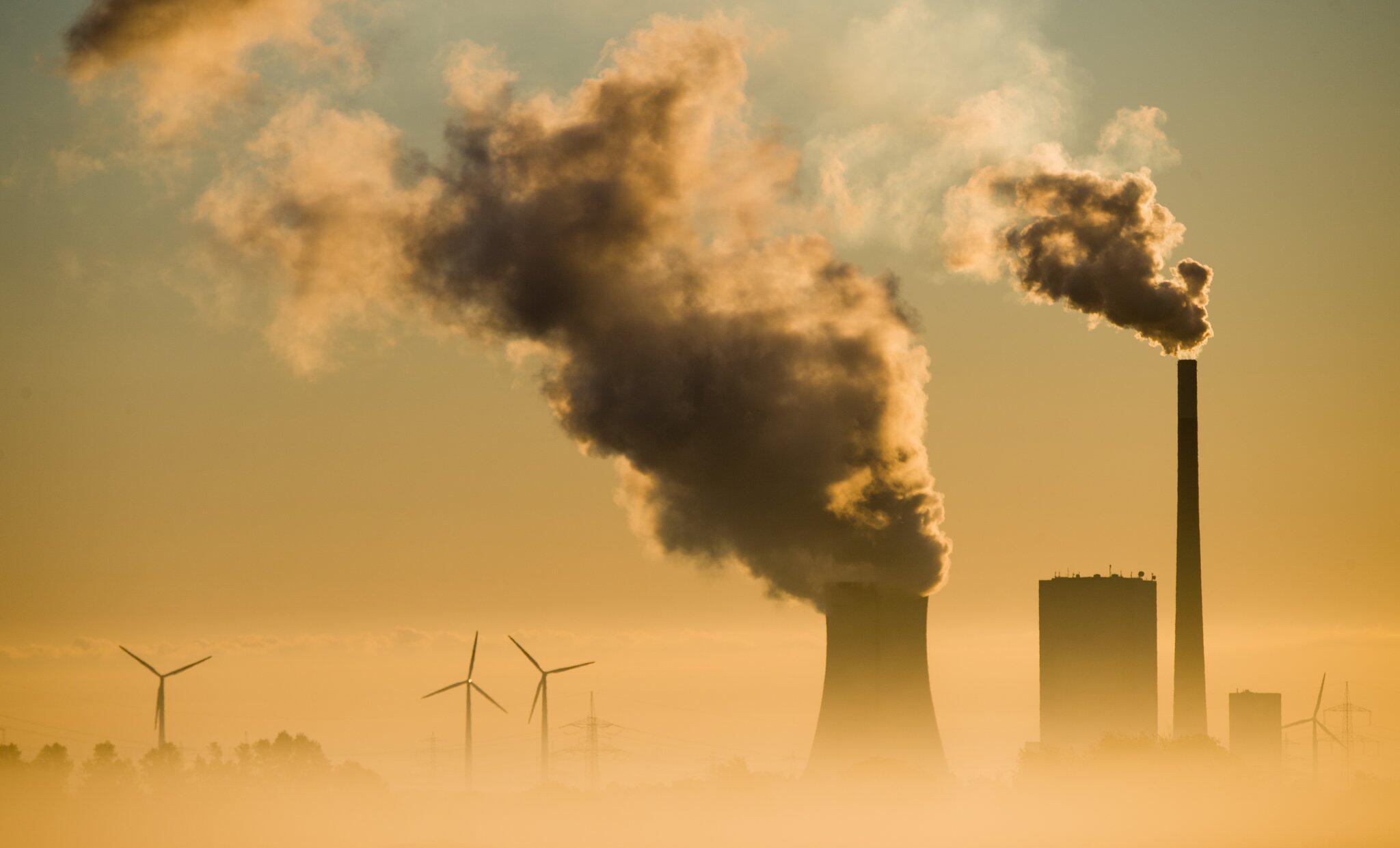 Bild zu Kohlekraftwerk und Windräder