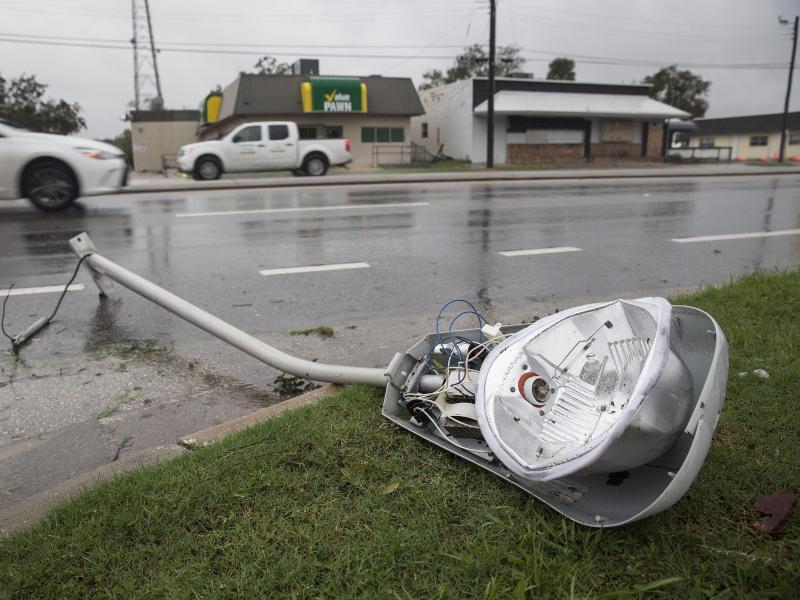 Bild zu Umgerissene Straßenlaterne