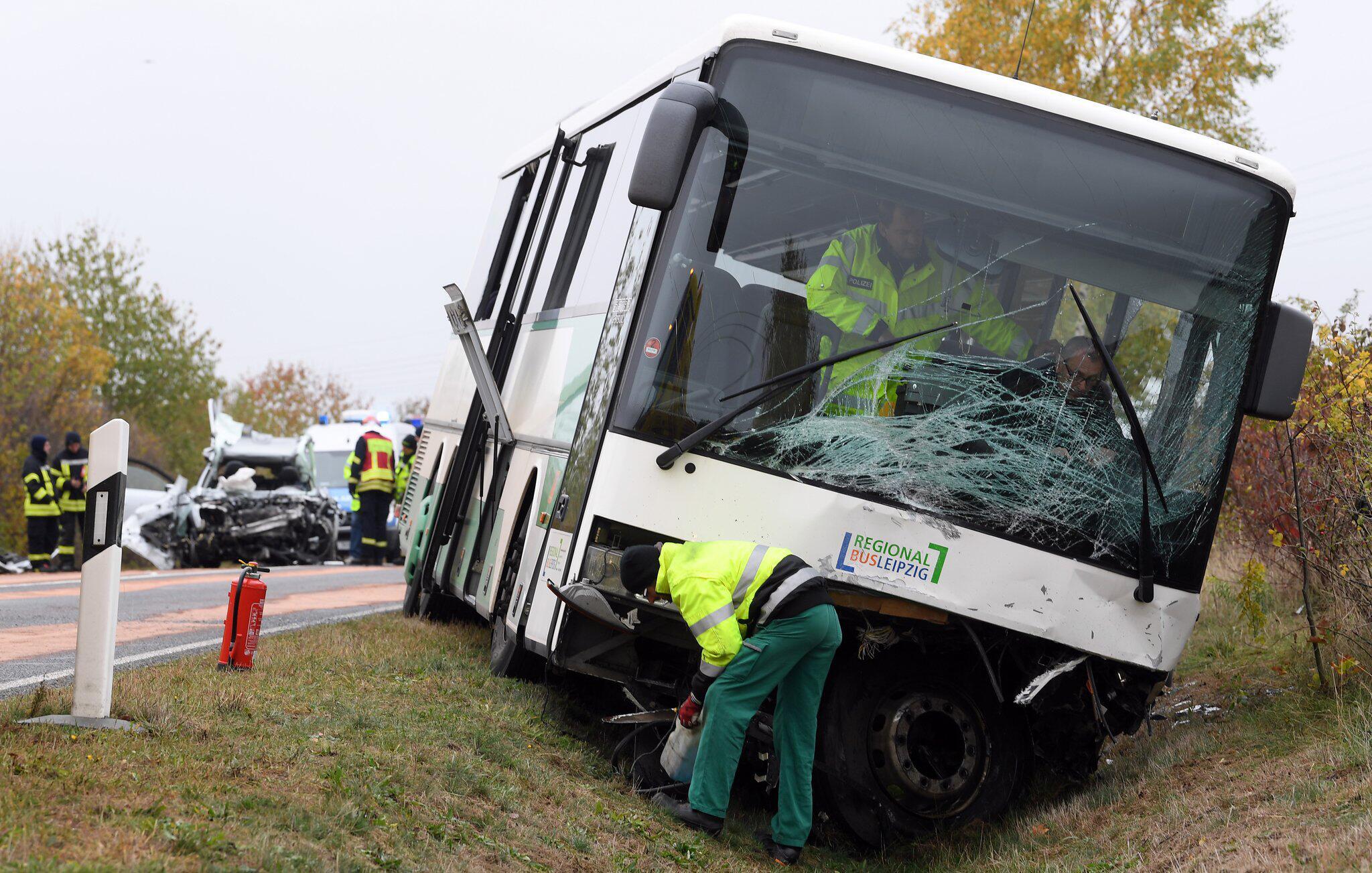 Bild zu Auto rast in Schulbus, Leipzig, Schüler