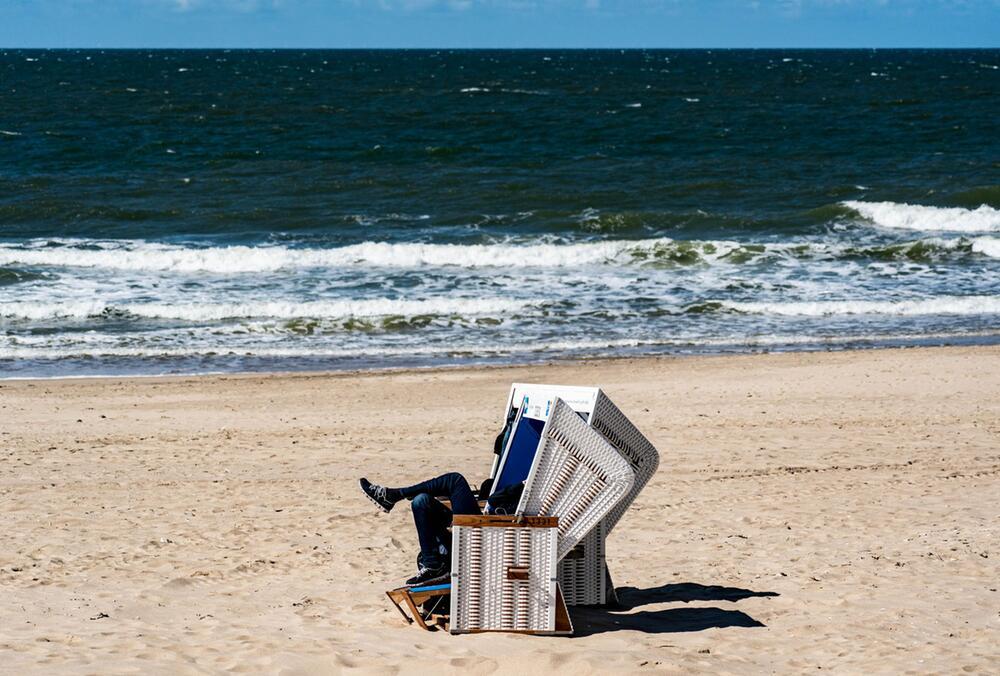 Ein Mann sitzt in einem Strandkorb