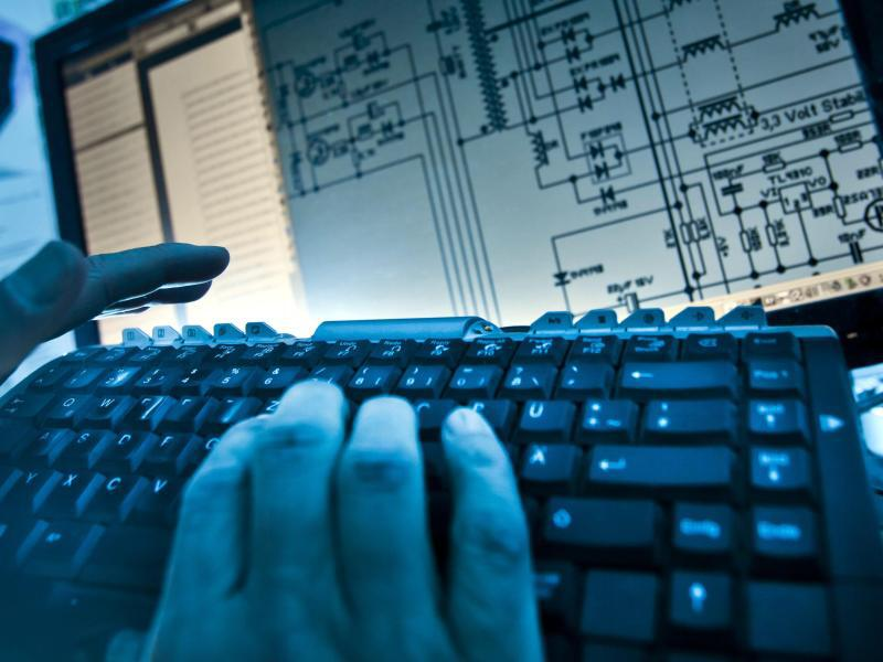 Bild zu Eine Hand auf Computertastatur