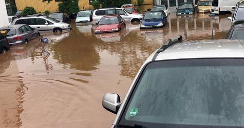 Überschwemmtes Gelände eines Autohändlers