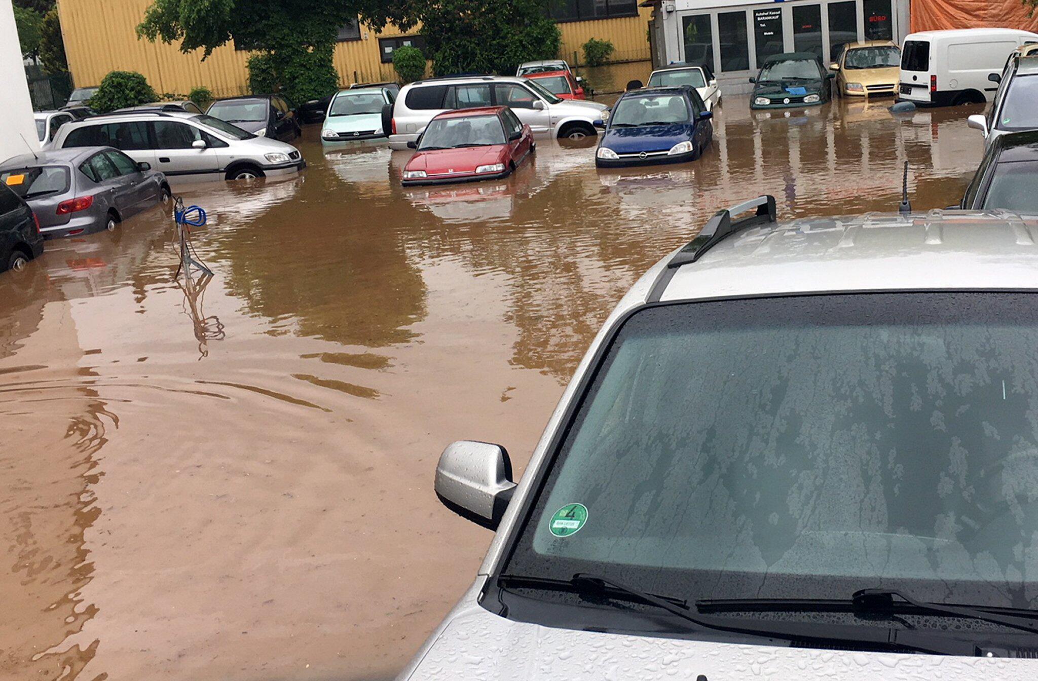 Bild zu Überschwemmtes Gelände eines Autohändlers