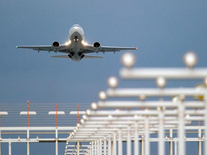 Bild zu Flugzeug beim Start