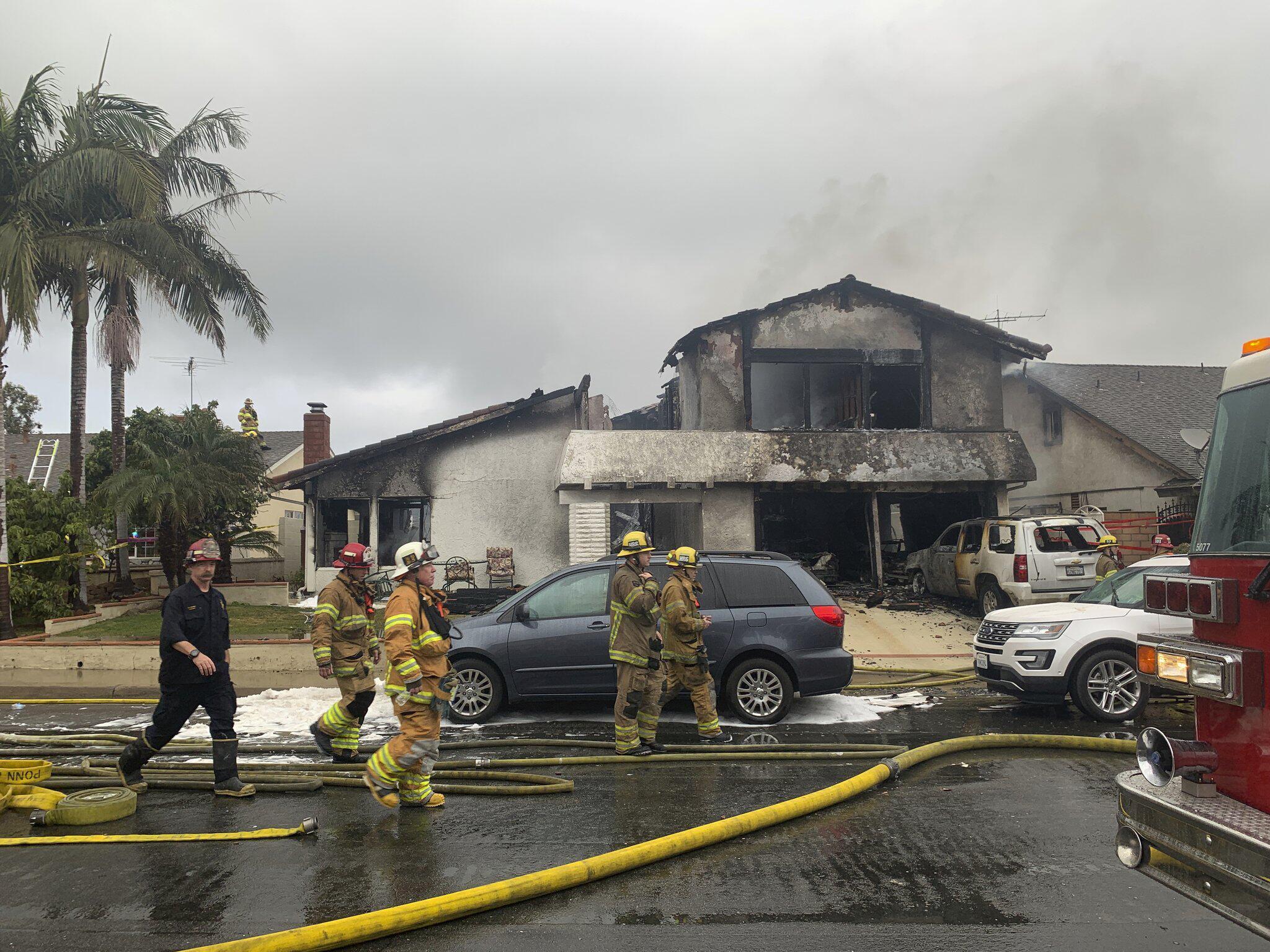 Bild zu Kleinflugzeug stürzt in Einfamilienhaus in Kalifornien