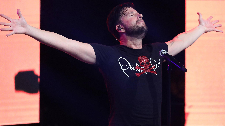 Bild zu Der Sänger Michael Wendler auf der Bühne am 28.09.2019 in der Turbinenhalle in Oberhausen.