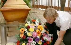 Blumengesteck vor Grab