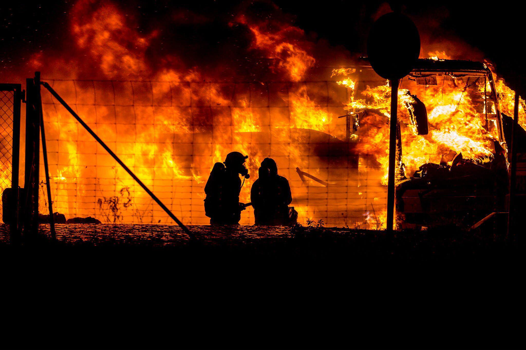 Bild zu Reisebus brennt aus