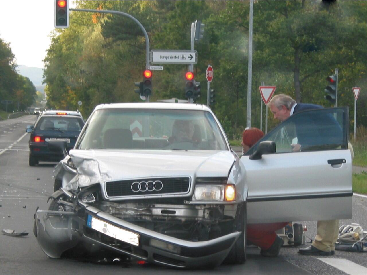 Bild zu Verhalten nach einem Verkehrsunfall: Wichtig ist es, Ruhe zu bewahren