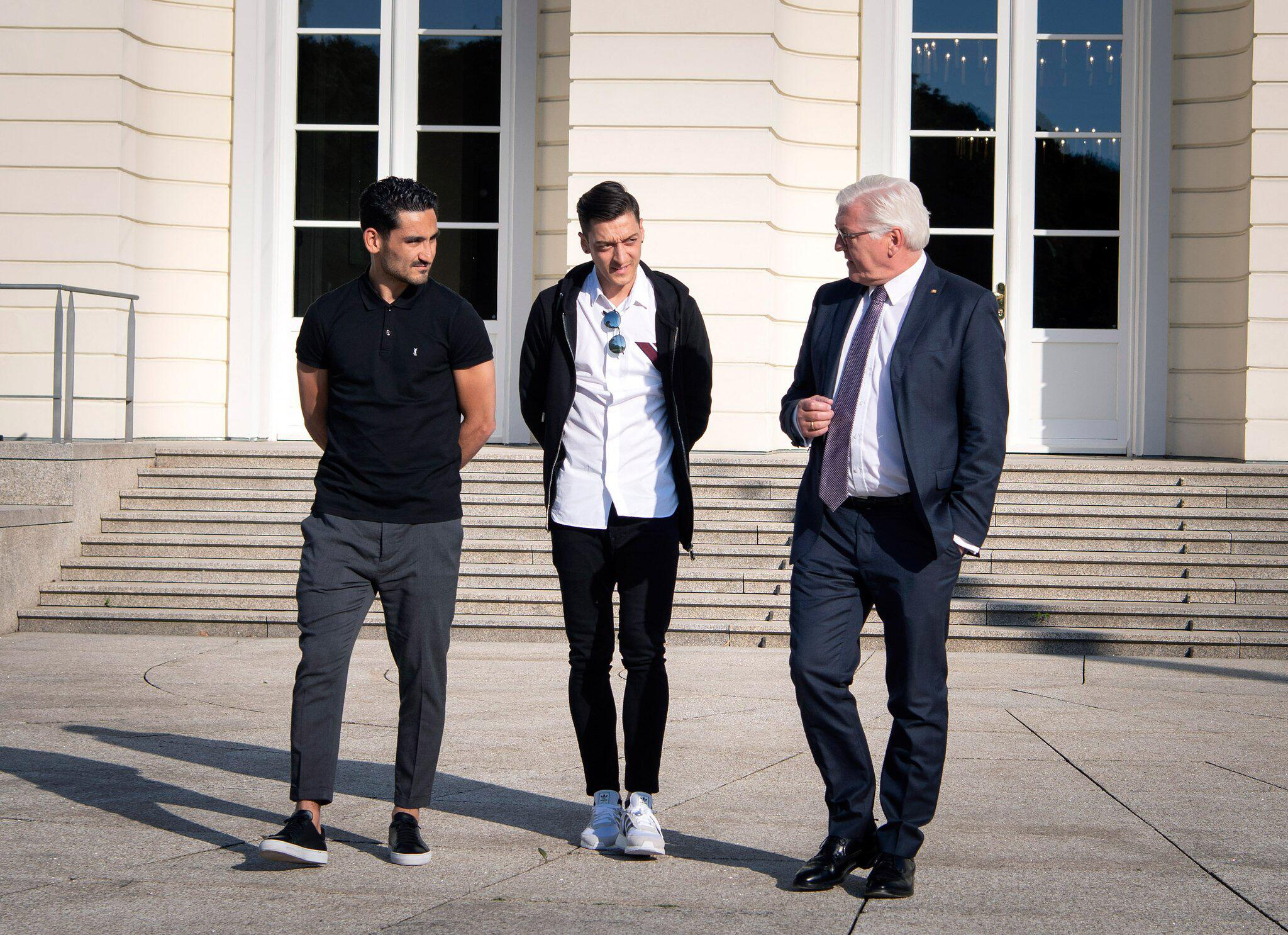 Bild zu Steinmeier empfängt Gündogan und Özil