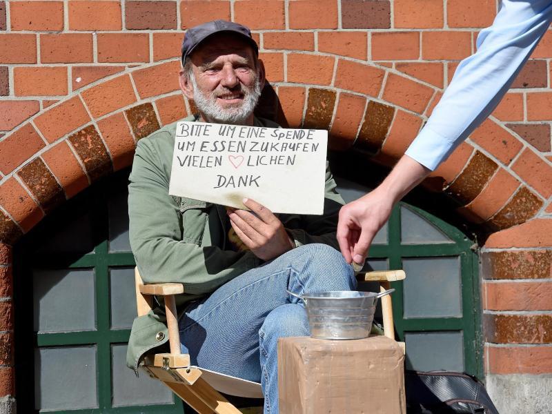 Bild zu Mann bittet um Geldspende