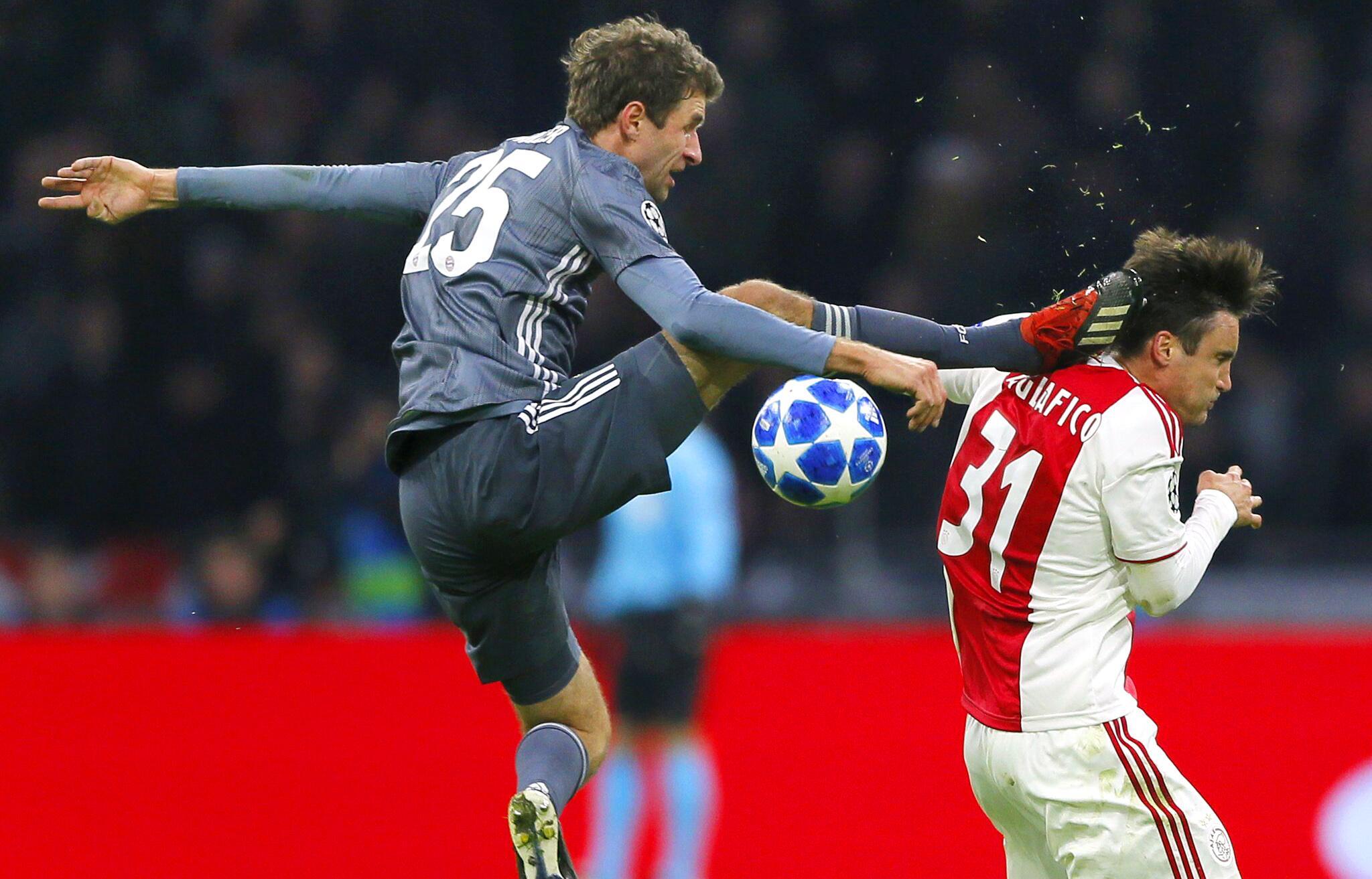 Bild zu Champions League, Ajax Amsterdam - Bayern München, Thomas Müller, Kung Fu, Nicolas Tagliafico