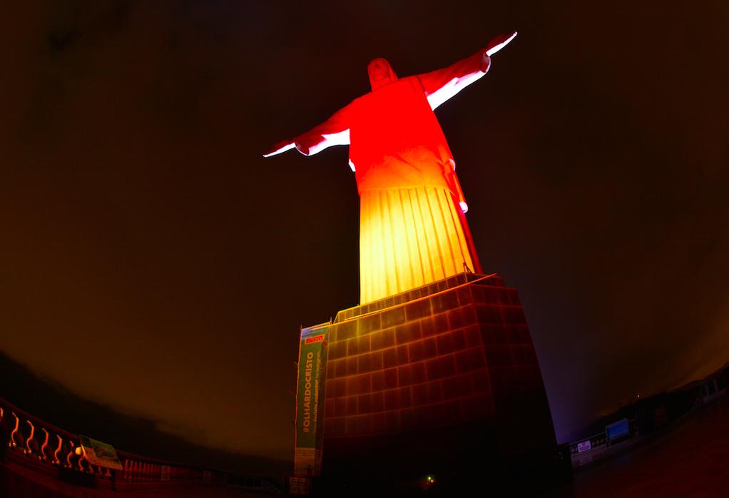Bild zu Christus-Statue erstrahlt Schwarzrotgold