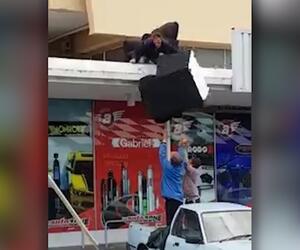Umzugs-Fail: Männer werfen Sessel aus 1. Stock - und treffen Kollegen am Kopf