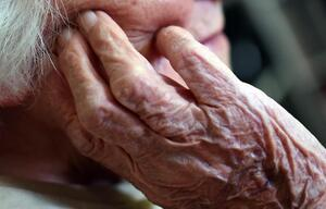 Die Hand eines älteren Menschen