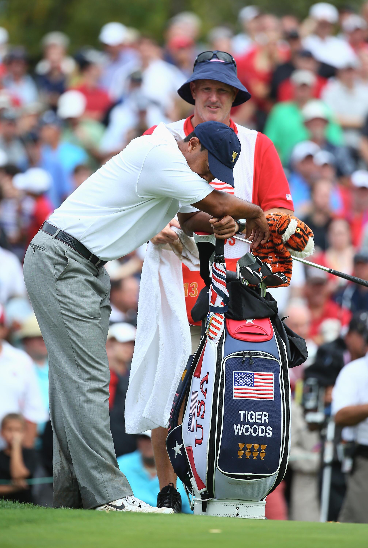 Bild zu Tiger Woods, Muirfield Village Golf Club, Dublin, Ohio, USA, Stretching, Rücken, 2013
