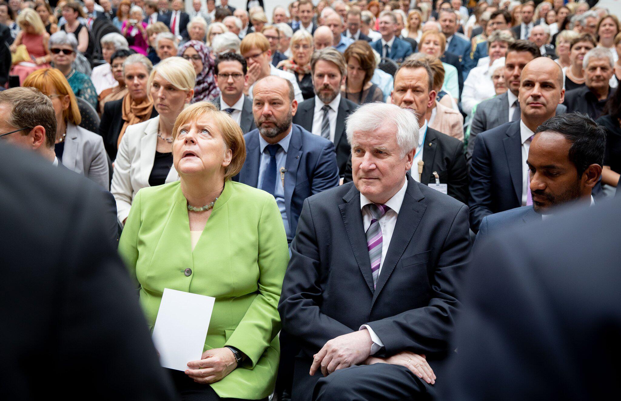 Bild zu Horst Seehofer und Angela Merkel