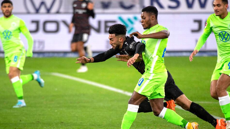 Ridle Baku (VfL Wolfsburg) geht gegen Nicolas Gonzales (VfB Stuttgart) in den Zweikampf.