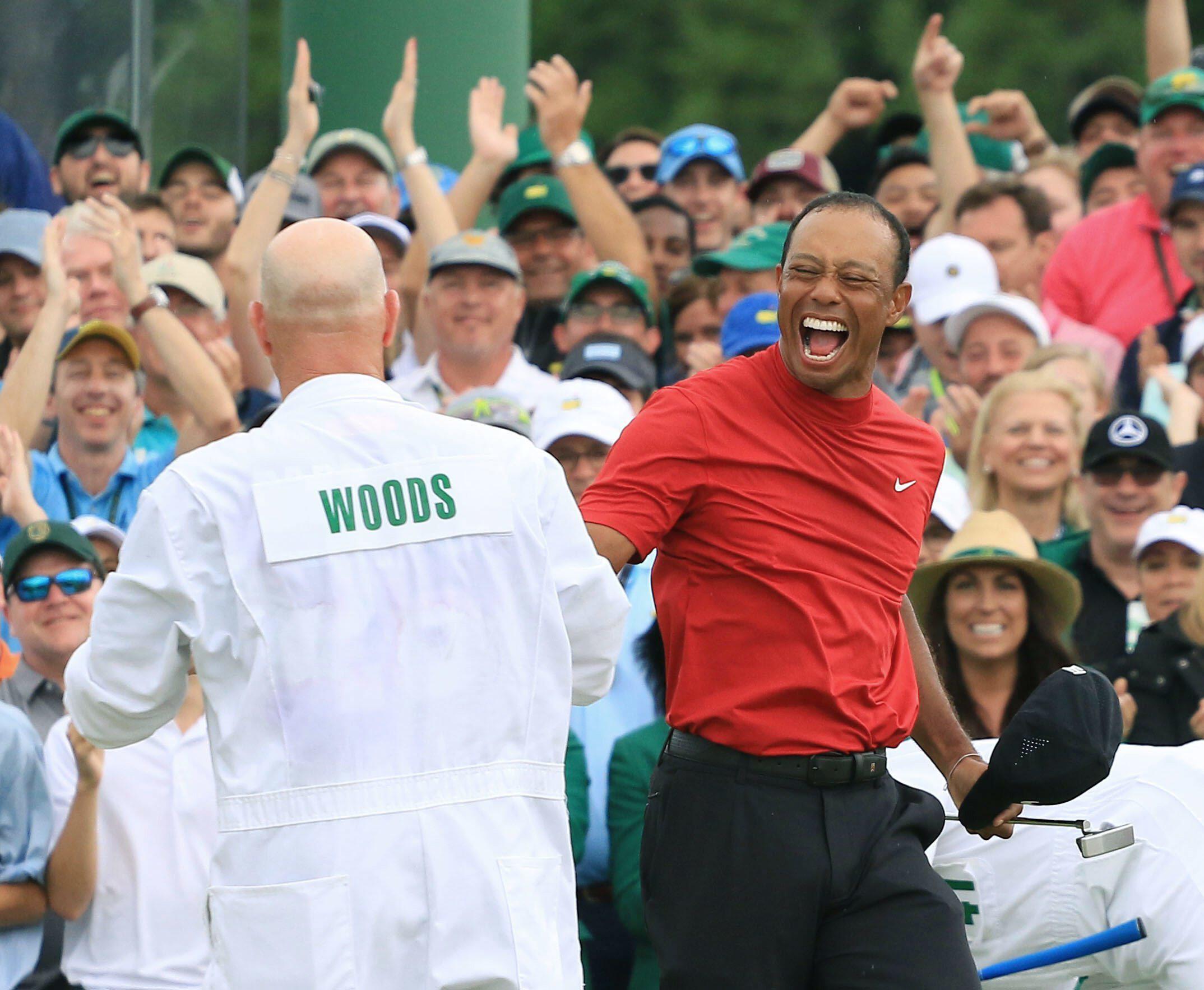 Bild zu Tiger Woods, Caddie, Masters, US Masters, Augusta, Sieg, Jubel, Georgia, 2019, National Golf Club