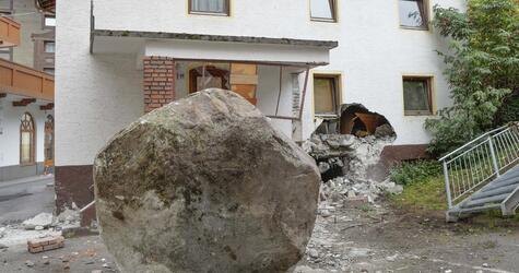 Felsbrocken prallt gegen Haus