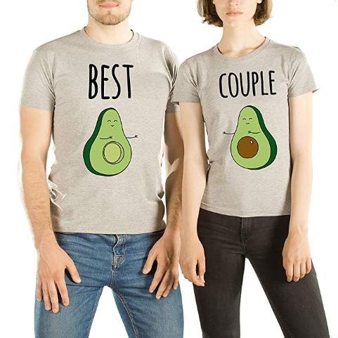Enthalten diese Pärchen-Shirts etwa eine versteckte Botschaft?