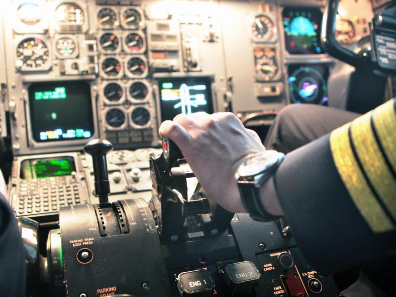 Bild zu Pilot im Cockpit
