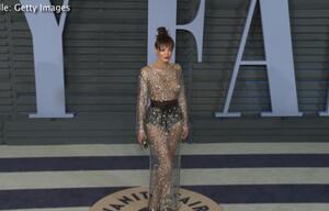 Gewagtes Kleid: Sängerin zeigt sich auf dem roten Teppich in einem Hauch von Nichts