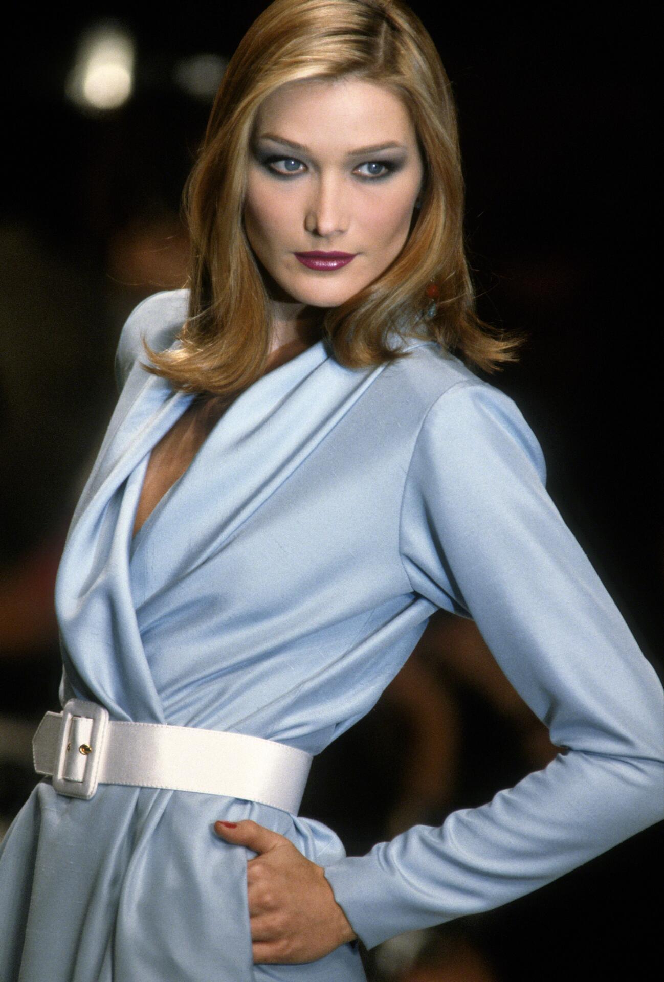 Bild zu Carla Bruni, Model, Kleid, 90er