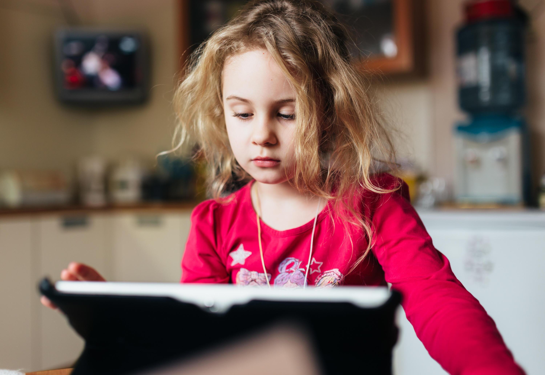 Bild zu Kind lernt mit dem Tablet