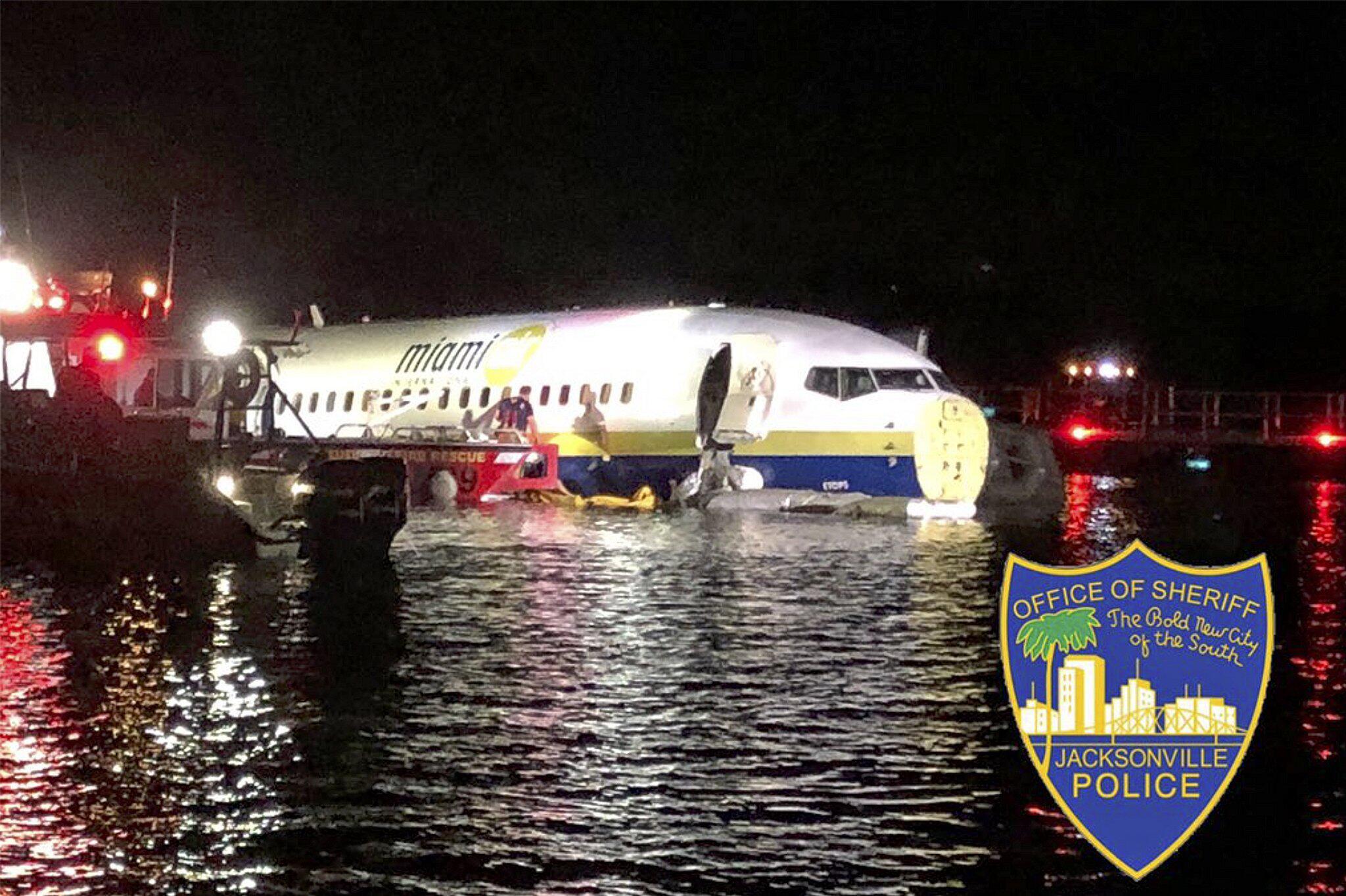 Bild zu Boeing 737 rutscht auf US-Flughafen von Landebahn in Fluss