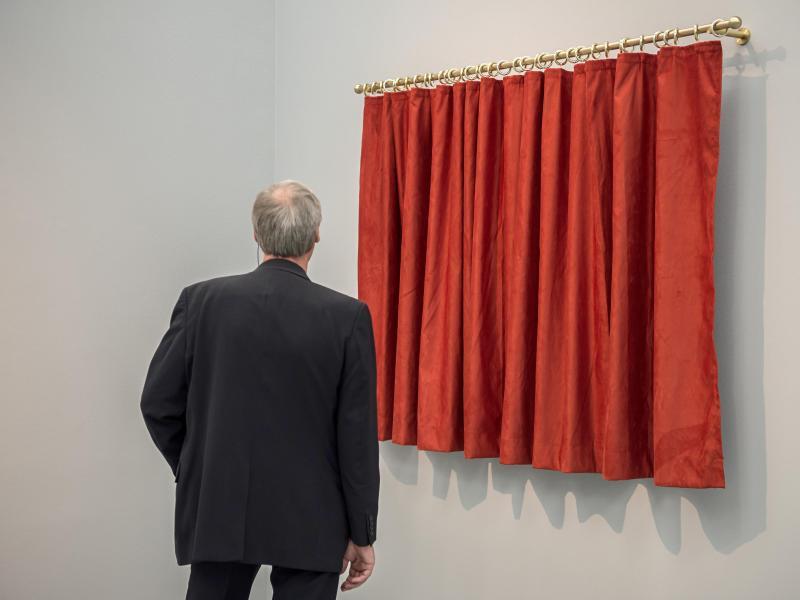 Bild zu Hinter dem Vorhang