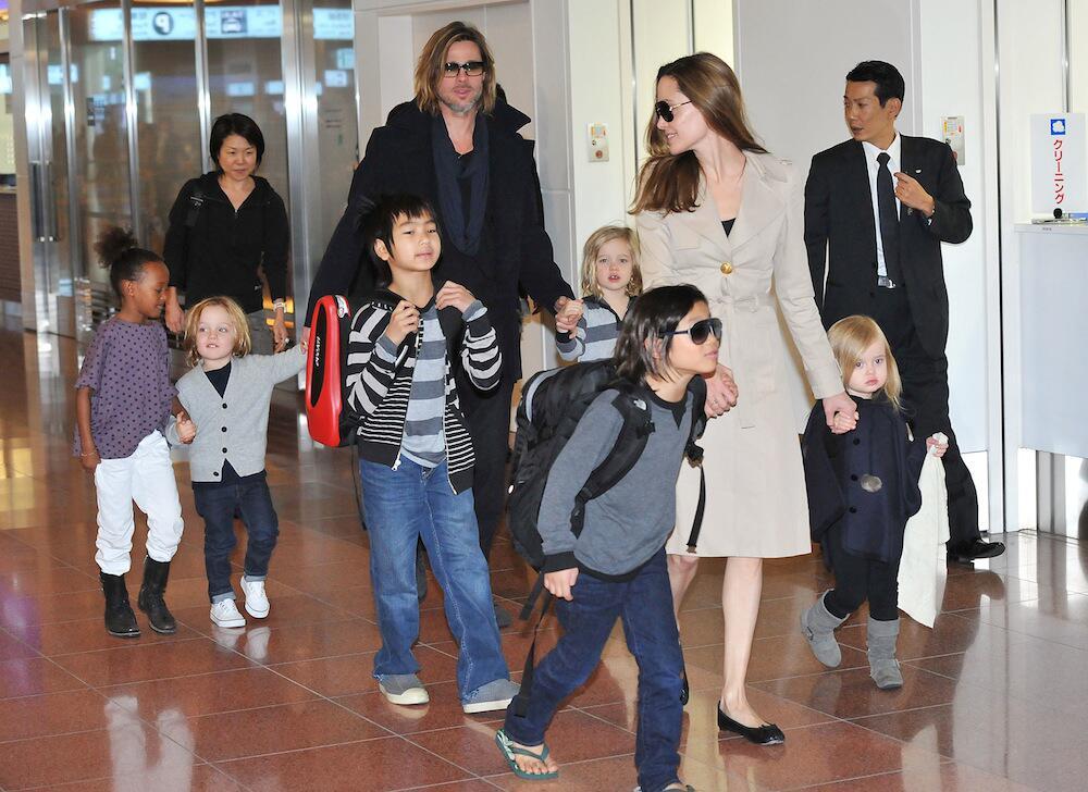 Bild zu Angelina Jolie und Brad Pitt mit ihren sechs Kindern am Flughafen in Tokio