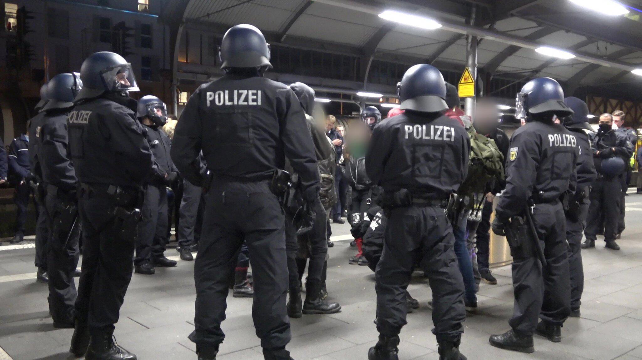 Bild zu Massenschlägerei nach Neonazi-Demo - Bonner Bahnhof kurz gesperrt
