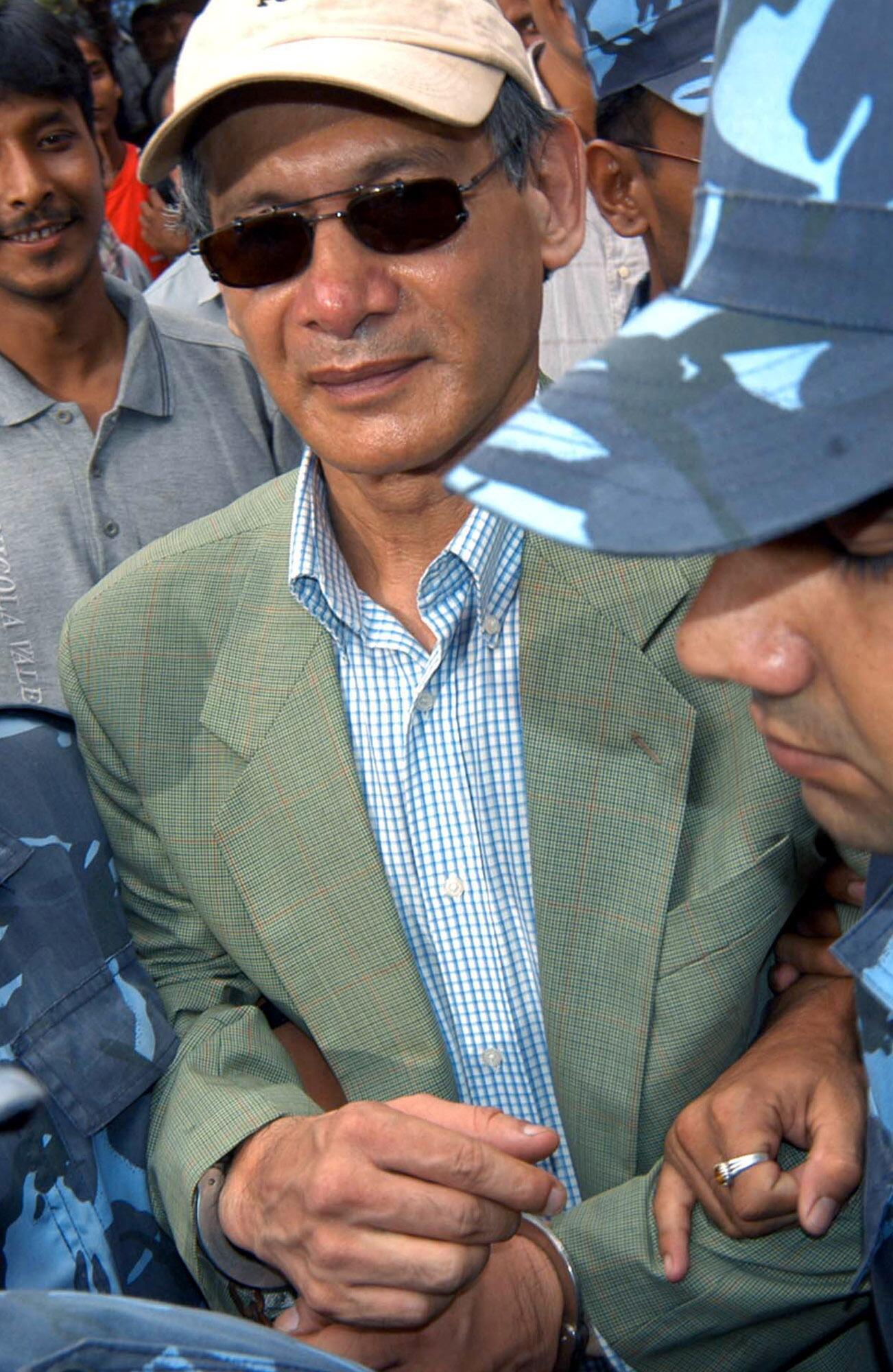 Bild zu Charles Sobhraj wird im August 2004 in Katmandu in Nepal von der Polizei eskortiert.