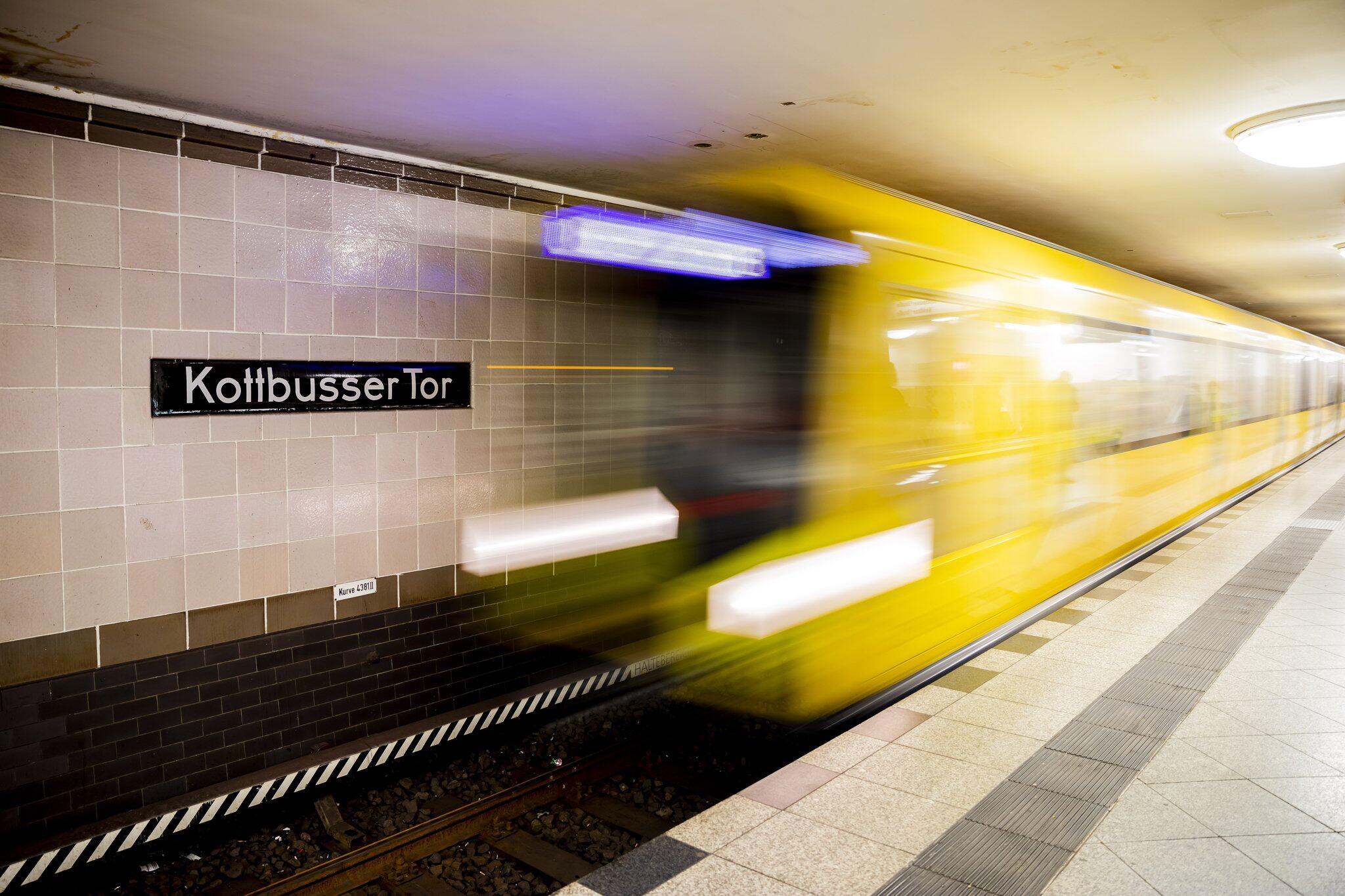 Bild zu Mann in Berlin bei Streit vor U-Bahn gestoßen